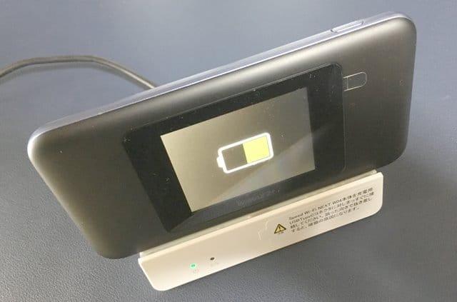 W05クレードルにW06をセットし充電中画像